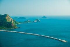 L'île en mer bleue profonde avec le phare et le ciel bleu Photos stock