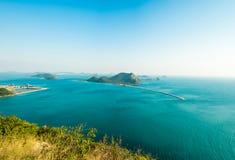 L'île en mer bleue profonde avec le phare et le ciel bleu Image stock