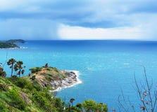 L'île en mer de la saison des pluies il y a une tempête venant à l'horizon photo stock