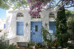 L'île grecque typique a blanchi la véranda de maison dans Tinos, Grèce photo libre de droits