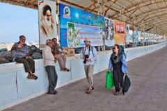 L'île iranienne de Hormuz, deux touristes vont au pilier Photographie stock libre de droits