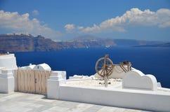 L'île mystérieuse en mer bleue Photographie stock