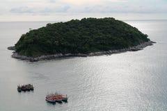 L'île près de la plage de Nai Harn à Phuket Photographie stock libre de droits