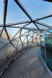 L'île sur la rivière de MUR s'est reliée par un pont moderne en acier et en verre Image libre de droits