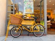 L велосипед Occitane в набережных Gunwharf стоковые изображения