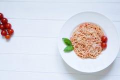 Сыр желания макаронных изделий томата, базилик, красные томаты вишни и базилик l стоковое фото