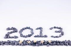 L'an 2013 dans des pierres de zen avec Ixora jaune fleurit Images stock
