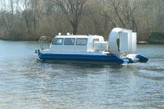L'aéroglisseur flotte sur une rivière Photographie stock libre de droits