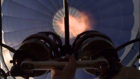 L'aéronaute met le feu au brûleur du ballon à air chaud banque de vidéos