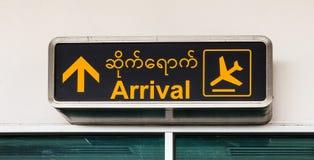 L'aéroport d'arrivée signe dedans birman et anglais, aéroport de Mandalay Photographie stock libre de droits