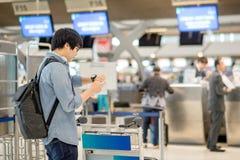 L'aéroport de attente de jeune homme asiatique signent Photos libres de droits