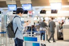 L'aéroport de attente de jeune homme asiatique signent Images libres de droits