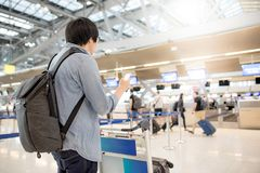 L'aéroport de attente de jeune homme asiatique signent Photos stock