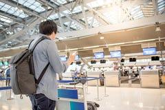 L'aéroport de attente de jeune homme asiatique signent Photographie stock libre de droits