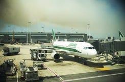 L'aéroport de Fiumicino perturbe des vols et deleyed, le feu et fumée sur le fond Images libres de droits