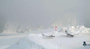L'aéroport en montagnes Photographie stock libre de droits