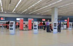 L'aéroport signent contre Images stock