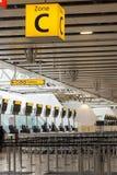 L'aéroport signent les bureaux et le signe de la zone C Photo libre de droits