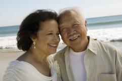 L'aîné épousent nouvellement des couples à la plage (le plan rapproché) Photo libre de droits