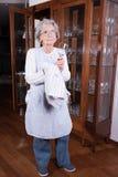 L'aîné actif polit des verres Photo stock