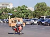 L'aîné chinois transporte la substance sur un e-vélo, Pékin, Chine Photographie stock libre de droits