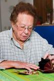 L'aîné compte leur argent de pension Photos stock