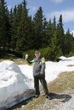 L'aîné dans les montagnes avec la neige de ressort Photo stock