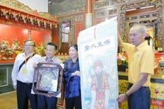 L'aîné de gong de Chi de palais de cijigong de qingjiao de Xiamen a présenté le souvenir au yewenjun de vice-président d'associat photographie stock