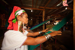 L'aîné de la femme de Kayan Lahwi tisse Images libres de droits