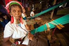 L'aîné de la femme de Kayan Lahwi tisse Photographie stock libre de droits