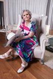 L'aîné féminin actif attend pour sortir Photo libre de droits