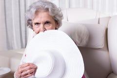 L'aîné féminin actif attend pour sortir Images libres de droits