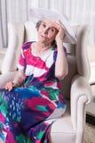 L'aîné féminin actif attend pour sortir Images stock