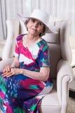 L'aîné féminin actif attend pour sortir Image libre de droits