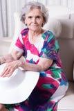 L'aîné féminin actif attend pour sortir Photos libres de droits