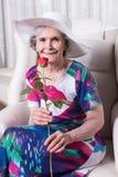 L'aîné féminin actif avec s'est levé dans sa main Images libres de droits