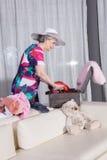 L'aîné féminin actif emballe la valise de vintage pour des vacances d'été Photo stock