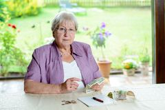 L'aîné féminin calcule son budget Photographie stock libre de droits