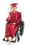 L'aîné handicapé reçoit un diplôme l'université Images stock