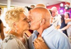 L'aîné heureux a retiré des couples ayant l'amusement sur la danse au restaurant Photos stock