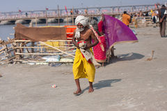 L'aîné indien vient après la natation Photo libre de droits