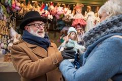 L'aîné joyeux a marié des présents d'achats de couples à la boutique Photos stock