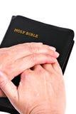 L'aîné remet la bible Image stock