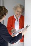 L'aîné signe une pétition Photographie stock