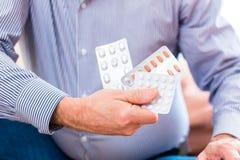 L'aîné traitent avec des médicaments avec des pilules à la maison Photo libre de droits