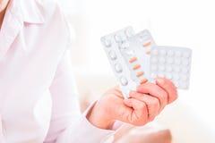 L'aîné traitent avec des médicaments avec des pilules à la maison Photographie stock