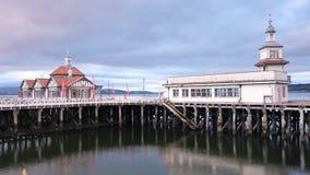 L'abbandonato di legno vittoriano costiero abbandonato della costruzione del mare del pilastro si appanna il lasso di tempo dell' immagini stock libere da diritti