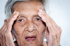 L'abbattimento del ` s della donna anziana solo demenza e malattia di Alzheimer's fotografia stock