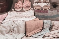 L'abbigliamento delle donne dell'estate ha piegato ordinatamente per essere imballato in una valigia fotografie stock libere da diritti