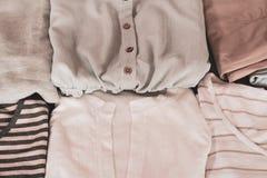 L'abbigliamento delle donne dell'estate ha piegato ordinatamente per essere imballato in una valigia immagini stock